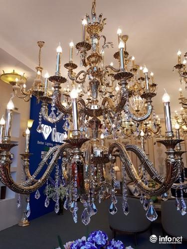 Ngắm đèn chùm giá nửa tỷ đồng thả dáng đẹp hút hồn - Ảnh 2.