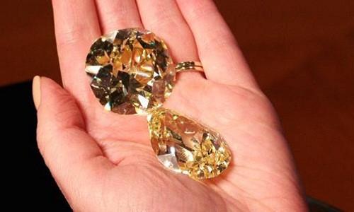 Ngắm hai viên kim cương vàng lớn nhất thế giới đấu giá hôm nay - Ảnh 1.