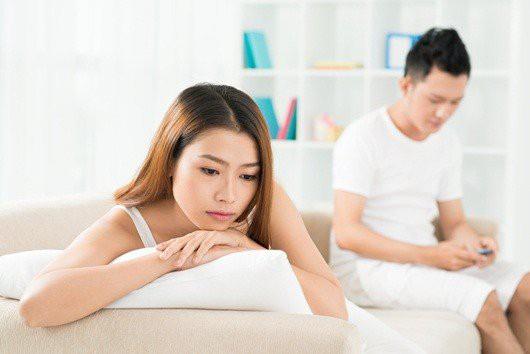 7 dấu hiệu ngầm mách chồng bạn đang ngoại tình - Ảnh 1.