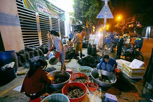 """Chợ """"độc"""" ở Sài Gòn, gần nửa thế kỷ chỉ bán một mặt hàng lúc nửa đêm - Ảnh 1."""