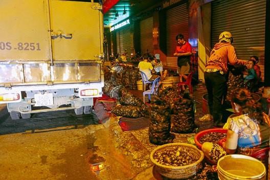 """Chợ """"độc"""" ở Sài Gòn, gần nửa thế kỷ chỉ bán một mặt hàng lúc nửa đêm - Ảnh 2."""