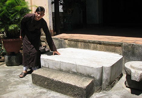 Phiến đá oán hờn ở chùa Thập Tháp - Ảnh 1.