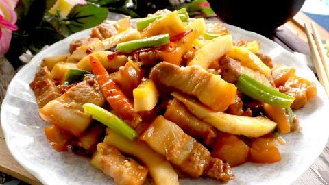 Thịt kho dừa non béo bùi khỏi chê - Ảnh 1.