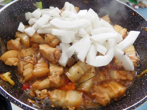 Thịt kho dừa non béo bùi khỏi chê - Ảnh 3.