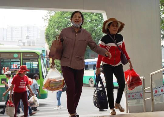 Người dân ùn ùn rời Sài Gòn, về quê nghỉ Tết Dương lịch - Ảnh 1.