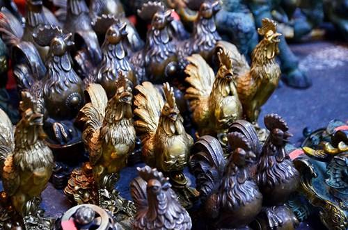 Con gà, đặc biệt là gà trống hiện diện trong nhiều nền văn hóa trên thế giới, là con vật nuôi được thuần hóa từ lâu trong lịch sử, gắn bó với cuộc sống con người. Từ thời cổ đại, gà trống đã trở thành loài vật linh thiêng trong nhiều hệ thống tín ngưỡng và thờ cúng với tư cách là lễ vật.