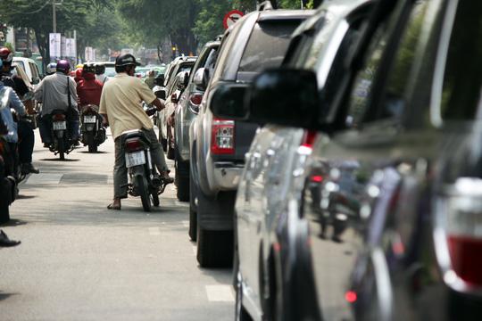Trên đường Nguyễn Du cũng không tiến triển tốt hơn. Ngay vị trí đoàn liên ngành cẩu các xe vi phạm cách đây 2 ngày, hàng dài ô tô vẫn thản nhiên đóng đô.