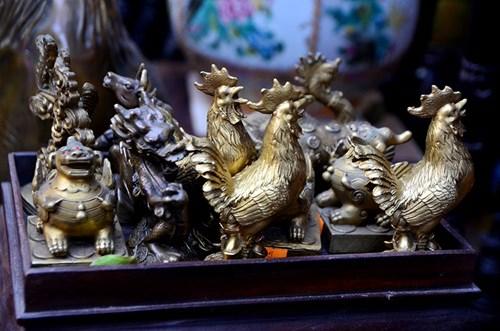 Từ xưa, người Việt vẫn thường dùng gà trống để cúng đêm giao thừa với mong muốn gọi mặt trời. Quan niệm người xưa cho rằng, giao thừa là thời điểm đêm trời đất tối tăm nhất, bởi đó là lúc mặt trời ẩn mình sâu nhất. Nhà nhà bảo nhau cúng gà trống để con gà sẽ đánh thức mặt trời, mang lại ánh sáng đủ đầy cho cả năm.