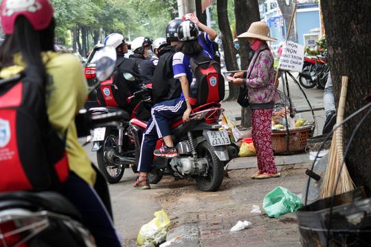 Trên đường Nguyễn Du cách đó không xa, nhiều xe máy dừng giữa đường để chờ mua hàng rong gây mất trật tự.