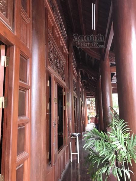 Đây là hành lang phía trước tầng 2 của ngôi nhà sàn. Kể từ khi hoàn thiện và đi vào sử dụng, ngôi nhà sàn lớn nhất Việt Nam này đã thu hút rất nhiều người địa phương, du khách trong và ngoài nước đến tham quan. Trở thành một điểm nhấn kiến trúc không thể bỏ qua khi đến tỉnh Điện Biên.