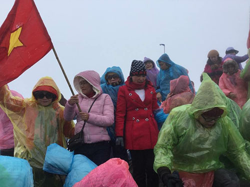 Mưa lạnh nhưng Loan cho biết trên đỉnh Fansipan rất đông khách. Mọi người đều tranh thủ chụp ảnh rồi nhanh chóng di chuyển xuống. Ảnh: Ngọc Nguyễn