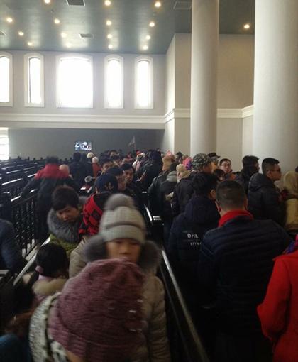 Nhiều du khách mua vé từ sớm để có thể đón ngày mới trên đỉnh Fansipan. Trên hình là hàng dài xếp hàng mua vé đi cáp treo. Ảnh: Đức Anh.