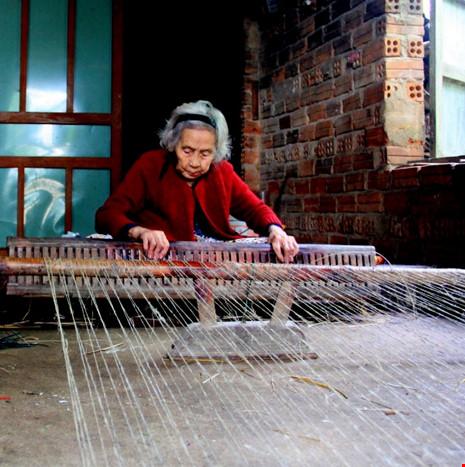 Cụ Thêm dù đã 96 tuổi nhưng vẫn đan chiếu cói cùng con cháu. Bà xem đó như cách giữ lửa nghề truyền thống