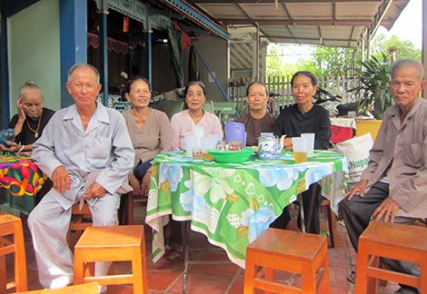 Người cao tuổi sinh hoạt vui vẻ, hòa đồng với nhau trong xóm