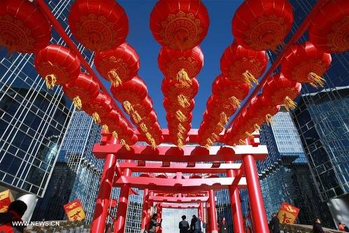 Đường phố Bắc Kinh treo đèn lồng đón xuân. Ảnh: TÂN HOA XÃ