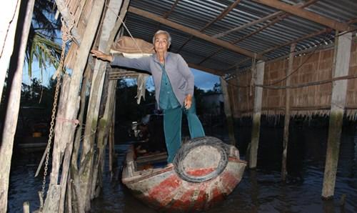 Bà Lùng lui đò ra sông trong lúc ông Lợi đang chuẩn bị nổ máy.