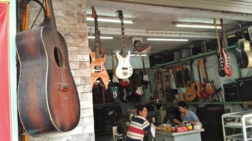 Các tiệm đàn cũ ngày càng phong phú về chủng loại và thương hiệu