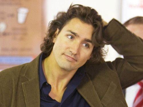 """""""Ông Trudeau thời trẻ giống hệt hoàng tử Disney"""" - một cư dân mạng tên Mika viết khi đăng tải ảnh của vị thủ tướng điển trai."""