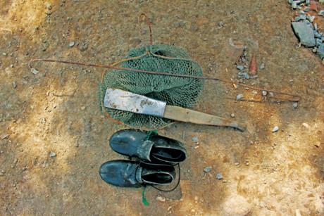 Với đồ nghề là cây cần mốc, cái rập cua, chiếc cần câu cùng lưới câu làm bằng dây chì buộc vài khúc rắn đẻn, chiếc vợt lưới… là có thể đi bắt được cua biển ẢnhMuctim