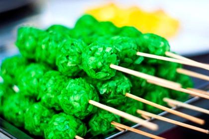 Các món ăn vặt hấp dẫn thực khách với màu sắc bắt mắt và hương vị hấp dẫn.