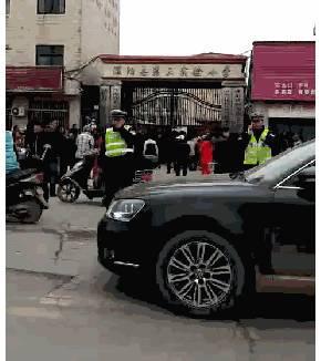 Phía trước cổng trường Ảnh: CHINA NEWS