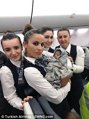 Các tiếp viên hàng không chụp ảnh với bé gái được gọi là Kadiju. Ảnh: Turkish Airlines