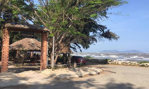 Một quán cà phê mặt tiền biển trở thành điểm hẹn của giới cò đất và các nhà đầu tư. Các đất lô nhỏ sát biển dọc theo quán cà phê này được chào giá 8-10 triệu đồng mỗi m2 giữa tháng 4 dù trước đó giao dịch chỉ xoay quanh ngưỡng 7-8 triệu đồng mỗi m2. Ảnh: Vũ Lê