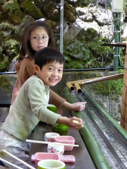 Du khách thích thú vớt mì trượt máng tại Nhật Bản - Ảnh 3.