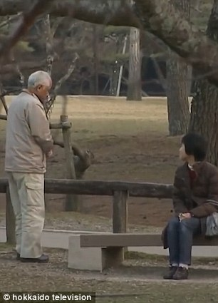 Ông Otou giải thích nguyên nhân không nói gì với vợ là do… ghen với các con. Ảnh: HOKKAIDO TV
