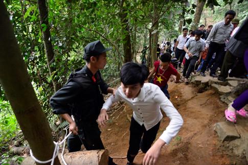 Lực lượng chức năng nhắc nhở người dân di chuyển cẩn thận qua đoạn đường hiểm trở, vách núi Ảnh Minh Chiến