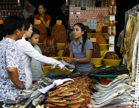 Đến chợ Châu Đốc, không khó bắt gặp những hình ảnh ken đầy khô- mắm thế này.