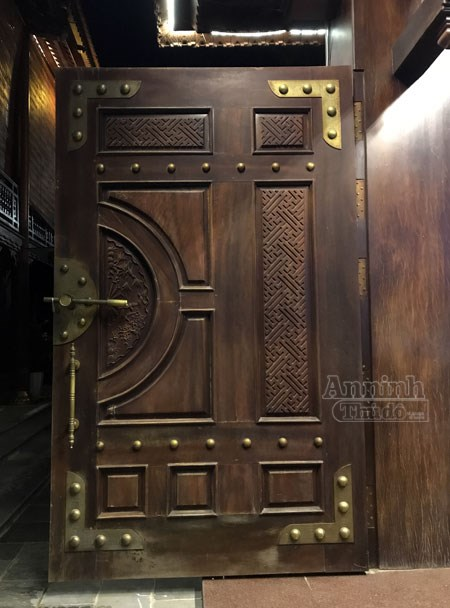 Cánh cổng ra vào lớn, cực kỳ chắc chắn được chạm khảm cách điệu. Bộ khung được gia cố bằng các bản lề đóng khuy đồng lớn.