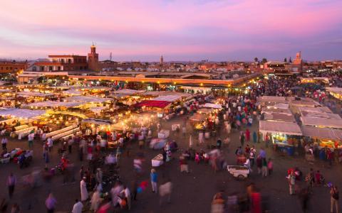 Marrakech, Morocco: Mỗi tối, quảng trường Jemaa el Fna nổi tiếng ở Marrakech lại biến thành một khu ăn uống nhộn nhịp với các món ăn rất rẻ của địa phương. Món ăn phải thử ở đây là món cá của quầy số 14, với những đĩa nhỏ các loại hải sản như tôm, mực cùng salad, chip…