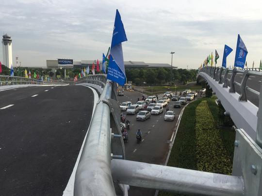 Thông xe cầu vượt ở 2 nút giao cửa ngõ sân bay Tân Sơn Nhất - Ảnh 6.