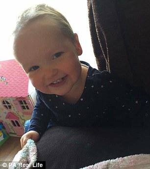 Cô bé mắc hội chứng nghiện rứt tóc của mình - Ảnh 4.