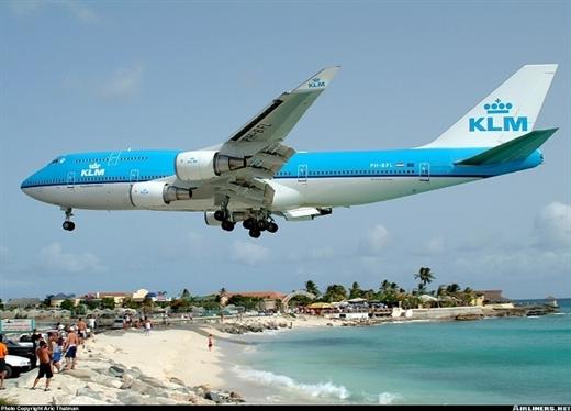 Sân bay hạ cánh cách đầu du khách vài mét - Ảnh 4.