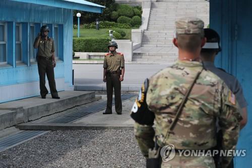 Bỏ xe chạy bộ, binh sĩ Triều Tiên phơi mình giữa làn đạn - Ảnh 4.