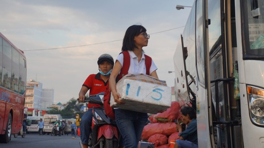 Người dân ùn ùn rời Sài Gòn, về quê nghỉ Tết Dương lịch - Ảnh 4.