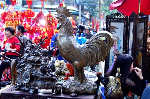 Những chú gà trống được bày bán khá nhiều tại chợ tết Hà Nội.