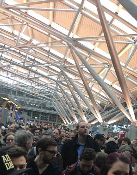Hành khách đã được phép trở vào nhà ga sân bay. Ảnh: Twitter