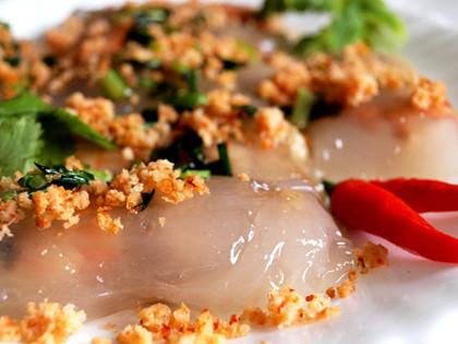 Bánh bột lọc là món quà chiều được ưa chuộng ở khu chợ ẩm thực bên bến Ninh Kiều.