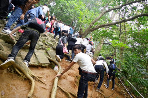 Bất chấp đoạn đường dốc, hiểm trở, nhiều người dân và du khách vẫn bám theo để đi lên đền Thượng Ảnh Minh Chiến