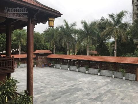 Từ tầng 2 của ngôi nhà sàn nhìn ra một khoảnh sân rộng, được bao quanh bởi một hàng rào cũng làm từ gỗ lim, có mái che.
