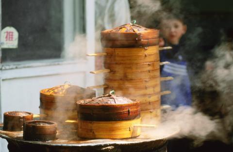 Bắc Kinh, Trung Quốc: Các khu chợ ở Bắc Kinh có hàng nghìn quầy bán đồ ăn, từ sủi cảo đến bọ cạp chiên. Chính quyền Bắc Kinh dẹp bớt các quầy bán ở vỉa hè những năm gần đây, song vẫn có nhiều khu còn hoạt động. Món phải thử ở đây là bánh jianbing, một loại bánh crepe ăn trong bữa sáng với trứng rán, hành và một loại xốt đặc biệt.