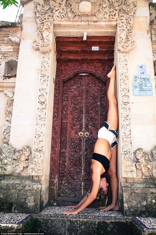 Cô gái nín thở 6,5 phút tập yoga dưới biển gây choáng