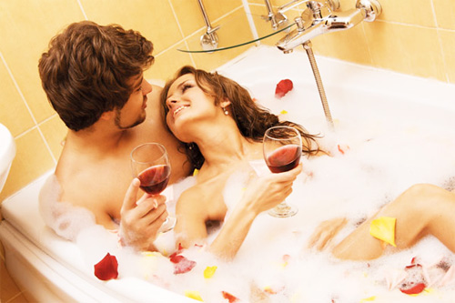 Sau phòng khách thì phòng tắm cũng là một nơi lý tưởng không kém cho cuộc yêu thăng hoa