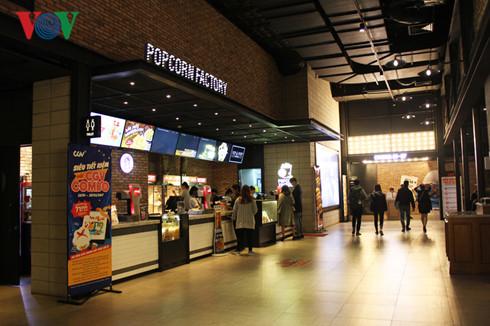 Với cơ sở vật chất hiện đại, dù có mức giá cao hơn rạp khác nhưng người xem vẫn lựa chọn xem phim tại đây