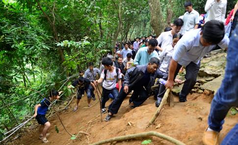 Phần đường chính quá chật, rất nhiều người đã tràn xuống cánh rừng để đi Ảnh Minh Chiến
