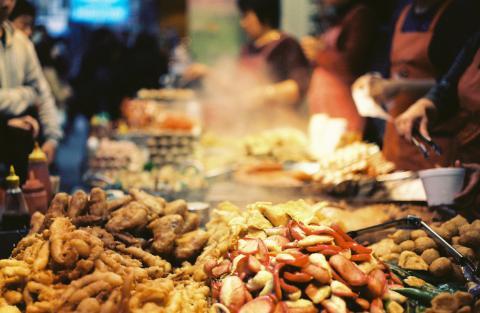 Hong Kong (Trung Quốc): Các địa điểm ẩm thực nổi tiếng ở xứ cảng thơm có thể kể tên như Temple Street Night Market, Sham Shui Po, và Graham Street. Món phải thử là thịt heo chua ngọt.