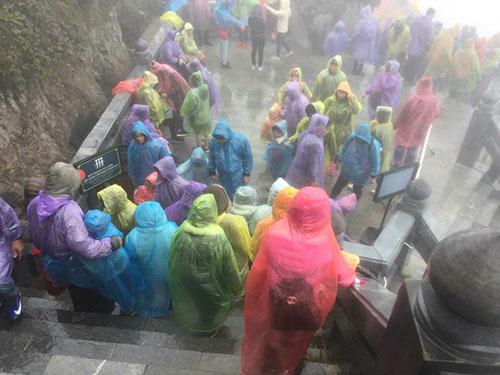 Nhiều gia đình có con nhỏ vẫn quyết tâm chinh phục đỉnh Fansipan trong ngày đầu năm. Ảnh: Ngọc Nguyễn